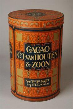 """Vintage Van Houten cacaobus uit de jaren '10 - '20, Nederland. Opdruk: """"Cacao, C.J. Van Houten & Zoon, Weesp (Holland)  Vervaardiger: N.V. van Leer's Vereenigde Fabrieken   Ontwerp: Jacob Nuiver?   Datering: 1915 - 1922 (volgens Historisch museum Deventer tussen 1919 en 1922)   Materiaal: metaal, verf   Afmetingen: hoogte 30,5 cm / diameter 20,0 cm  Prijs: 65 euro. www.daspasdesign.nl"""