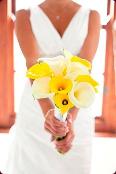If the bridesmaid dresses were yellow....would have to have some greenery in with this too maybe