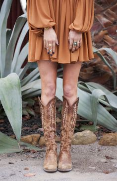 Boho cowboy boats outfit ideas for 2019 Casual Dress Outfits, Summer Dress Outfits, Boho Outfits, Fall Dresses, Cowboy Boot Outfits, Dresses With Cowboy Boots, Cowgirl Boots Dress, Outfits With Boots, Fall Winter Outfits