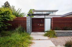 Esta linda casa contemporânea faz uso de materiais naturais…