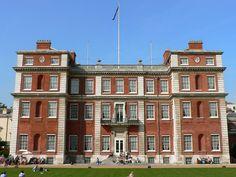 Marlborough House es una mansión de Westminster, en Londres (Reino Unido). Fue construida para Sarah Churchill, duquesa de Marlborough, una amiga íntima de la reina Ana de Inglaterra. Fue diseñada por Christopher Wren y su hijo, y la obra culminó en 1711. // Aquí nació el rey Jorge V.