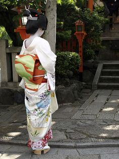 A back figure of the geiko--beautiful kimono