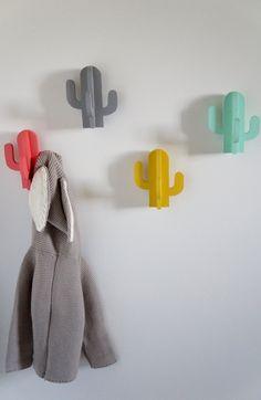 Patère ou porte-manteaux en forme de cactus de couleur rose-corail, vert-mint, jaune ou gris. La patère est composée de deux éléments pré-emboités en MDF 10mm et dun socle qui se fixe facilement au mur à laide dune vis. Une fois accrochée, le système de fixation est invisible. La patère peut parfaitement supporter lhumidité dune salle de bain.  Dimensions : 13 x 13 x 13 cm  Matériaux : MDF 10 mm