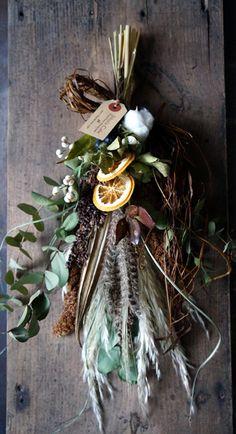 明日あさって開催されるクラフターズ・マーケットに合わせてキャンドルアレンジやスワッグなどを納品しました。ジュニパーベリーやシャリンバイの実ものを使ったキャ... Dried Flower Wreaths, Wreaths And Garlands, Dried Flower Bouquet, Dried Flowers, Christmas Flowers, Winter Christmas, Christmas Wreaths, Christmas Crafts, Christmas Decorations