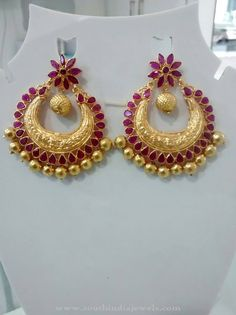 Jewelry OFF! Check out gorgeous antique gold earrings collections here. Gold Jhumka Earrings, Indian Jewelry Earrings, Jewelry Design Earrings, Gold Earrings Designs, Gold Designs, Beaded Jewelry Designs, Antique Earrings, Chandelier Earrings, Designer Earrings