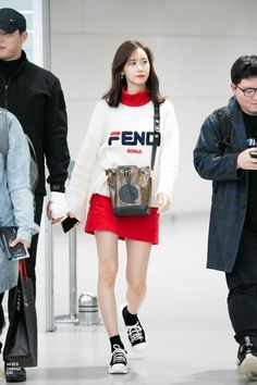 Today we have chosen some of the best ways to style sweaters this season from our celebrities. Snsd Airport Fashion, Snsd Fashion, Korean Fashion, Fashion Outfits, Yoona Snsd, Instyle Magazine, Cosmopolitan Magazine, Korean Celebrities, Airport Style