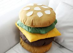 Sewing Projects DIY: Stackable Burger Pillow More - You might recall the no-sew burger costume I made for Halloween last year. Well, I decided to make something similar this weekend but this time I actually dragged my sewing machine out of the closet. Food Pillows, Cute Pillows, Diy Pillows, Cushions, Large Pillows, Decorative Pillows, Fabric Crafts, Sewing Crafts, Sewing Projects