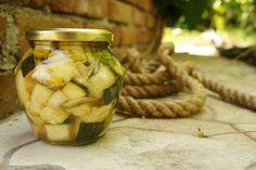 Zucchini einmachen ganz einfach - Zucchini im Glas eingelegt! Zucchini Pickles, Diy Food, Cucumber, Food Photography, Curry, Food And Drink, Veggies, Vegetarian, Tasty