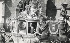 De gouden koets met daarin Juliana, Bernard en Beatrix op weg voor de doopplechtigheid van prinses Beatrix. Nederland, Den Haag, 12 mei 1938.