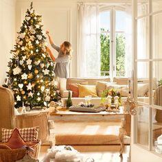 Mujer decorando el árbol de Navidad en salón