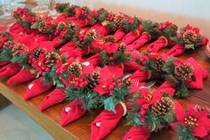 "COLOCO OS TALHERES DENTRO DO GUARDANAPO E ""SEGURO "" COM O PORTA GUARDANAPO. Blog da Andrea Rudge Christmas Wreaths, Christmas Decorations, Holiday Decor, Anul Nou, Tablescapes, Napkin Rings, Dyi, Napkins, Table Settings"