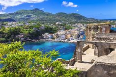 Italy Destinations, Naples, All Inclusive Urlaub, Chateau Medieval, Parasols, Italy Travel Tips, Southern Italy, Beautiful Islands, Amalfi