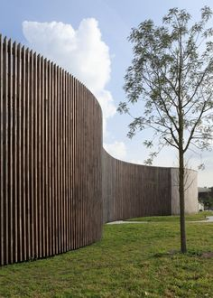 Fence at Instituut Verbeeten, Breda (NL) Curved Walls, Curved Wood, Landscape Architecture, Landscape Design, Architecture Design, Fence Design, Garden Design, Watercolor Wallpaper Iphone, Fence Screening