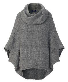 Kuscheliger Poncho im stylishen Look. Mit Oversize-Kragen, überschnittener Schulter und dezenter Kängurutasche. Passt toll zur guten Destroyed-Jeans.