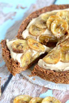 Deze gezonde vegan bananen roomtaart is voor de echte zoetekauw! Knapperig van buiten, zacht van binnen met heerlijke gekarameliseerde banaan...