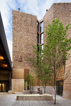 internal courtyard / Designed by Eero Saarinen, the Morse and Ezra Stiles Colleges are part of Yale's system of residential colleges.