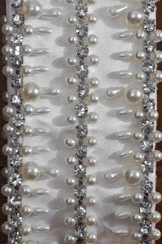 Cinto bordado à mão feito com fita de cetim. Fechamento com laço de forma que o tamanho é regulável a partir de uma medida mínima. Tamanho padrão da área bordada é de 70 cm, podendo haver variação mediante aviso prévio, nesse caso haverá alteração no valor do produto. Pode ser feito em outras cores.