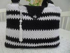 Bolsa de barbante em crochê,nas cores preto e branco, acompanha um lindo pingente, possui bolsinho para celular interno.Pode ser feita na cor que preferir. ( ver disponibilidade de pingente ) R$ 85,00
