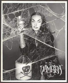 Maila Nurmi as Vampira Retro Horror, Vintage Horror, Boris Vallejo, Horror Show, Horror Art, Horror Film, Jayne Mansfield, Vampires, Art Goth