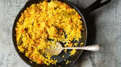 The perfect accompaniment to any meat or beans dish? This flavorful and generously spiced Dominican-style yellow rice recipe, of course. Yellow Rice Recipes, Rice Recipes For Dinner, Side Dish Recipes, Rice Dishes, Food Dishes, Veggie Dishes, Dominican Food, Dominican Recipes, Turmeric Recipes