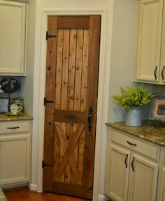Barn looking pantry door -Southern Grace loving this for either our future new house or the pantry in our current home. Sweet Home, Diy Door, Rustic Kitchen, Kitchen Pantry, Kitchen Decor, Distressed Kitchen, Kitchen Design, Home Interior, Interior Design
