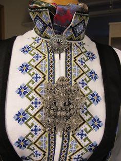 Bilderesultat for broderimønster til bunadskjorte,telemark Scandinavian Embroidery, Geometric Embroidery, Ethnic Dress, Folk Costume, Fashion Studio, Costume Accessories, Vintage Costumes, Fashion History, Traditional Dresses