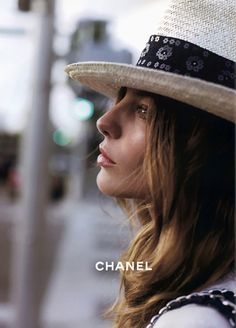 Campaign : Chanel Season : Fall 2005 Photographer : Karl Lagerfeld Model(s) : Daria Werbowy, Brad Koenig Daria Werbowy, Moda Fashion, Fashion Week, Women's Fashion, Classic Fashion, Fashion Models, Fashion Design, Gabrielle Bonheur Chanel, Chanel Hat