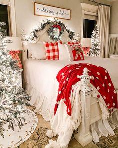 40 Cozy Christmas Bedroom Decor Ideas For You - Page 2 of 4 - Septor Planet Christmas Mood, Merry Little Christmas, Xmas, Christmas Movies, Christmas Christmas, Christmas Nails, Christmas Stockings, Christmas Ideas, Farmhouse Christmas Decor