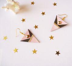 Boucles d'oreilles triangle faites main en cuir recyclé rose, vert foncé et doré, attaches en acier chirurgical plaqué or par Adorness Jewelry