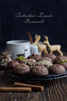 Schoko-Zimt-Busserl: einfache Schokoplätzchen, die durch viel Schokolade und wenig Kakao nicht zu trocken werden. Auch in der Kombination mit Nüssen super.
