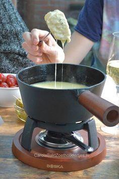 Classic Swiss cheese fondue.  De lekkerste kaasfondue maak je zelf met goede kaas en lekkere wijn. Dit klassieke kaasfondue is mijn favoriet!  Je vindt het recept en lekker veel tips voor bij de kaasfondue!