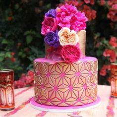 Coloring our world today is @fantasyfrostings with this Moroccan inspired cake…