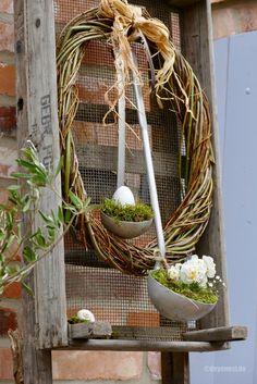 Gestern fertigte ich aus frischen dünnen Kopfweidenzweigen (Schnitt von Anfang Februar) einen mittelgroßen Kranz, den ich in meine alte Zwiebelkiste drückte. Eine Bastschleife um den Kranz gewickelt, zwei Aluminiumkellen eingehängt, diese mit Moos bestückt …. ….. ein paar Blüten und ein Ei hineingesetzt …. …. und schon ist die Frühlingskiste …