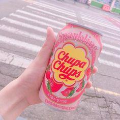 あんにょん〜 うなです ☺☺ 最近暑い日が続いていますが、いかがお過ごしですか? 8月に入り、そろそろ韓国旅行に行かれるという方も多いかもしれませんね♡ そこで今回は夏の渡韓におすすめの、 【韓国セブンイレブンから登場した夏にぴったりのスパークリング】をご紹介します♡♡ 出典:instagram.com/@essentieich 3種類のフレーバーで夏を楽しもう♡ 出典:instagram.com/@aboutna 気になる味は ・イチゴクリーム ・オレンジ ・グレープ の3種類で、セブンイレブンだけではなくCUでも発売されているみたいです♡ 好きな味をリピートするのもよし、いろいろな味を飲み比べてみてもたのしそう 出典:instagram.com/@myonyoni 一番人気なのがイチゴクリーム クリームの甘さがイチゴの酸味と相性バッチリで、 炭酸があまり得意ではない方も飲めちゃいます♡ 出典:instagram.com/@bhsohh9368 オレンジは夏にぴったりのとっても爽やかなフレーバーになっています オレ...
