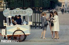 Vendeur de glaces ambulant, à l'entrée du jardin des Tuileries. Paris (Ier arr.), mai 1967. Photographie de Gösta Wilander (1896-1982). Paris, musée Carnavalet.