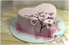 """Heart cake with branch of cherry blossoms. O miłości bezwzględnie powiedziano już wszystko, podobno nawet istnieje ;). Choć wszyscy desperacko jej szukamy, tylko nielicznym udaje się ją odnaleźć i choć wydaje się to takie proste, większości nie będzie dane jej zatrzymać. Tort w stylu angielskim """"Walentynkowe serce"""" z kwitnącą gałązką wiśni. Więcej na: http://www.pieceacake.pl/52#53"""