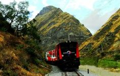 """Riobamba 2 Tage - Teufelsnase Ecuador  Diese Tour nimmt Sie mit auf eine zauberhafte Reise durch einige der eindrucksvollsten Anden-Szenarien. Die Zugfahrt über die """"Nariz del Diablo"""" ist bekannt als eine der gewagtesten Eisenbahnkonstruktionen der Welt aufgrund der Tatsache, dass sie eine beeindruckende Abfahrt über eine steile Klippe einschließt."""