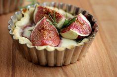 Opskrift på madtærte med friske figner, løgkompot og rosmarin