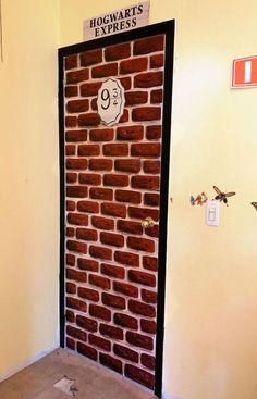 Learn how to paint a Harry Potter brick wall mural on your door. Hop on the Hogwarts Express and make your way through platform 9 with this Harry Potter brick wall DIY tutorial. Learn how to paint it yourself with cheap supplies. Brick Accent Walls, Faux Brick Walls, Brick Paneling, Theme Harry Potter, Harry Potter Bedroom, Harry Potter Diy, Manteau Harry Potter, Pintura Do Harry Potter, Brick Veneer Panels