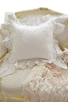 ❧ Beau linge blanc, ivoire ❧ Shabby Chic Cushions, Vintage Pillows, Shabby Chic Bedrooms, Shabby Chic Decor, Shaby Chic, Linens And Lace, Shabby Cottage, Antique Lace, Diy Pillows