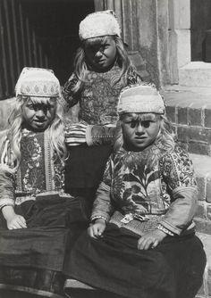 Drie meisjes in streekdracht Marken