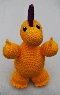 Este dinosaurio está hecho a mano, con la técnica del ganchillo o crochet, en colores amarillo y morado. Es apto para niños y niñas de cualquier edad, pues todas sus piezas están tejidas y/o cosidas. Está relleno de algodón sintético que le hace blandito y achuchable.