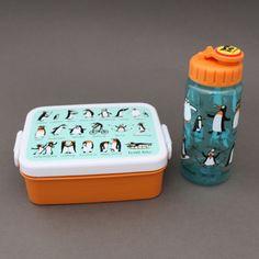 Lot boite à goûter - déjeuner et gourde Pingouins sans BPA Tyrrell Katz enfants  Boite à goûter ou déjeuner et gourde sans BPA Pingouins Tyrrell Katz. Pour le déjeuner ou le goûter à l'école. - Boite : Dim. : 16 x 12 x 6 cm. Garantie sans BPA. Couvercle hermétique. Compartiment séparé amovible. - Gourde : 17 cm de haut et 6 cm de diamètre, contient 400 ml. Système d'ouverture et fermeture facile à manipuler…