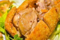 """Khám phá gà không lối thoát Hà Đông hấp dẫn thơm lừng khó cưỡng  Gà không lối thoát là một trong những món ăn rất thú vị được thể hiện ngay từ cái tên của nó thịt gà được bọc trong một lớp xôi giòn ngon tạo nên một món ăn tuyệt vời. Hôm nay Mâm Cơm Việt sẽ chia sẻ với bạn cách làm món gà không lối thoát Hà Đông đơn giản tại nhà cùng xem nhé!  [caption id=""""attachment_7818"""" align=""""aligncenter"""" width=""""600""""] Tự làm món gà không lối thoát Hà Đông cho tiệc gia đình[/caption]  Nguyên liệu làm gà…"""