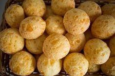 O Pão de Queijo de 3 Ingredientes é prático, econômico e delicioso. Prove! Veja Também: Pão de Queijo Mineiro Tradicional Veja Também: Pão de Queijo do Pro