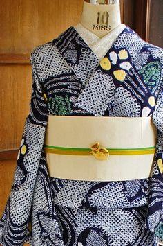 レトロ浴衣 青 Yukata Kimono, Kimono Japan, Kimono Fabric, Traditional Japanese Kimono, Traditional Dresses, Japanese Outfits, Japanese Fashion, Japanese Wedding Kimono, Modern Kimono