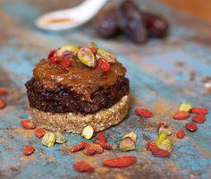 Als je ook maar één hapje van dit smeuïge taartje proeft, val je meteen in katzwijm. Dit recept kun je gewoon niet weerstaan! Ingrediënten: Cakebodem 25 g havermout 10 g cashewnoten 20 g moerbeien 2 medjoul dadels Pompoenvulling 70 g pompoen 1 eetlepel cacao 2 dadels snufje vanille poeder Karamelsaus 1 dadel snufje kaneel scheutje