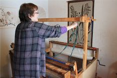 Heidin Iloinen Käsityökulma: Loimen laittaminen kangaspuihin 1/3: Loimen kiertäminen tukille Tapestry Weaving, Carpet, Furniture, Home Decor, Crochet, Decoration Home, Room Decor, Crochet Crop Top, Home Furniture