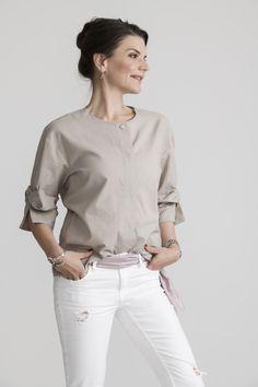 Ein absolutes Must-Have ist diese edle Bluse mit ausgefallener Nahtführung und aufwendiger Ärmelverarbeitung durch ihr Knotendetail. Wertig, modern und zugleich bequem durch die tolle Baumwollware wird sie garantiert ein Lieblingsteil im Kleiderschrank! #slowfashion #bekindtoyourself #loveyourclothes #likeabird #fashion