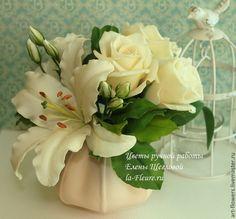 Букет с лилией, эустомой и кремовыми розами